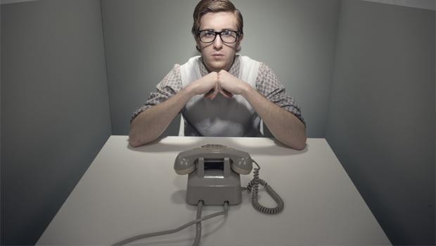 Žadatel o půjčku čeká na telefon - ilustrační foto