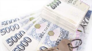 Peníze na stole - foto peníze