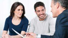 Foto: Finanční poradce radí kolem získání půjčky