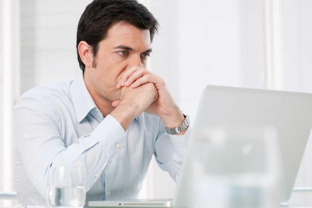 Přemýšlí, jak získat půjčku přes internet