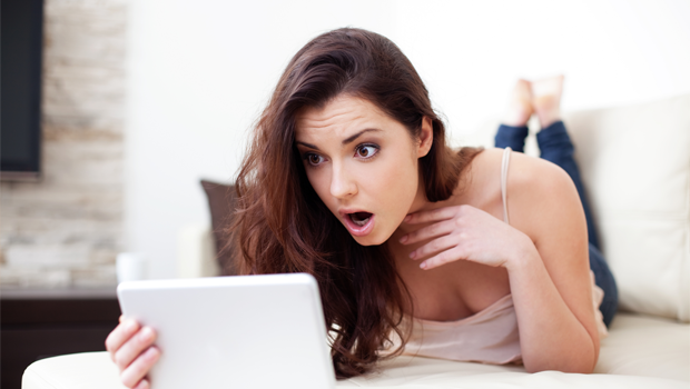 Překvapená žena s tabletem - ilustrační foto