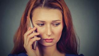 Smutná dívka telefonuje - ilustrační foto