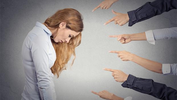 Žena co neplatí své závazky v rodině - ilustrační foto